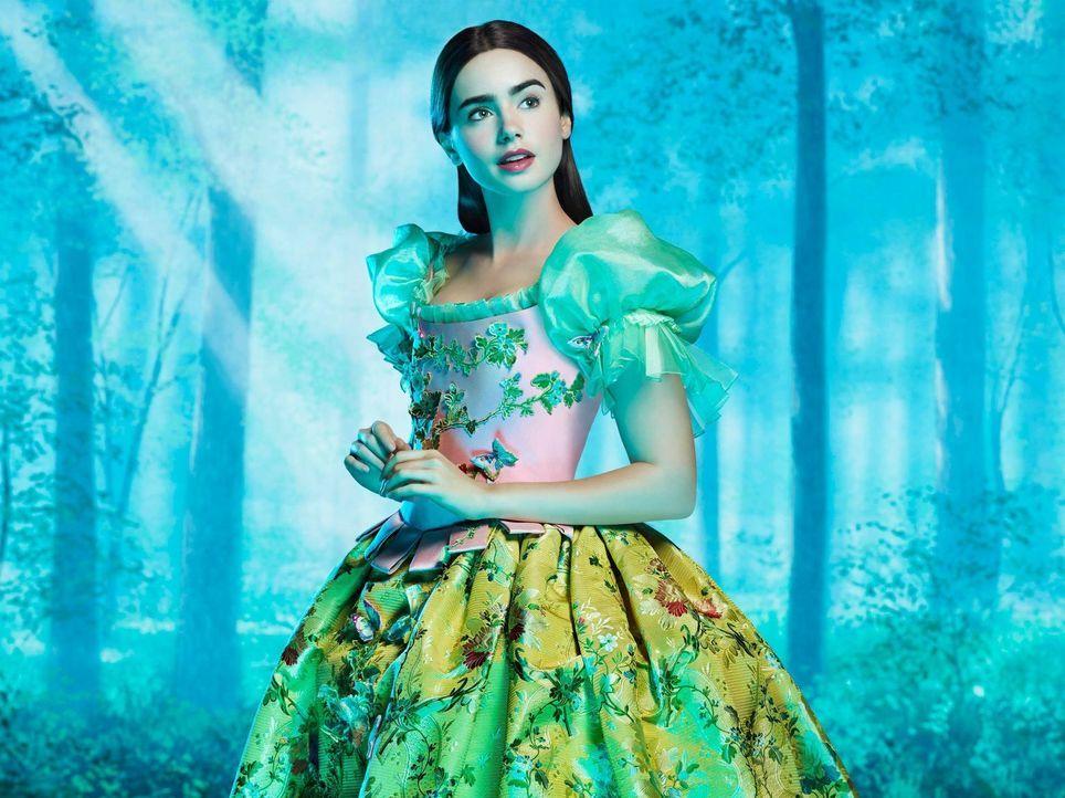 Für die böse Königin ist es ein Unding, dass die Schönste im ganzen Land Schneewittchen (Lily Collins) sein soll. Dagegen lässt sich doch einiges tu... - Bildquelle: Jan Thijs @studiocanal