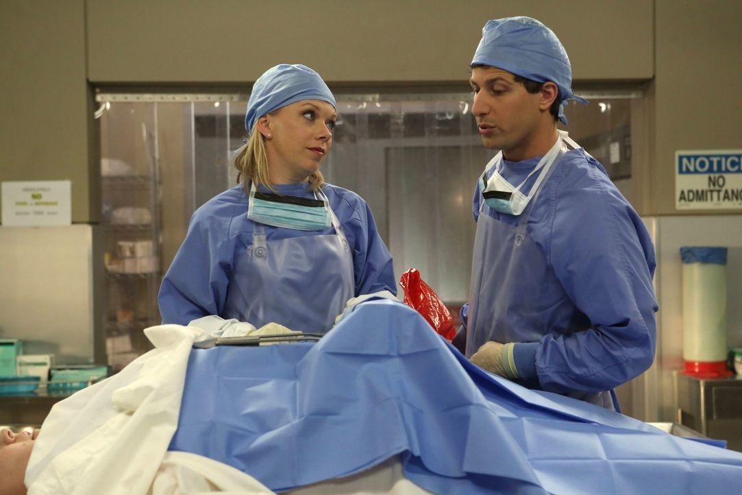 Dr. Rossi (Mary Elizabeth Ellis, l.); Jake Peralta (Andy Samberg, r.) - Bildquelle: Beth Dubber 2013 NBC Studios LLC. All Rights Reserved. / Beth Dubber