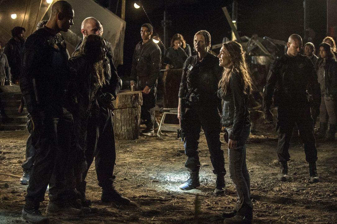 Im Lager trifft Clarke (Eliza Taylor, 2.v.l.) endlich ihre Mutter Abigail (Paige Turco, 2.v.r.). Doch Major Byrne (Kendall Cross, 3.v.r.) legt mehr... - Bildquelle: 2014 Warner Brothers