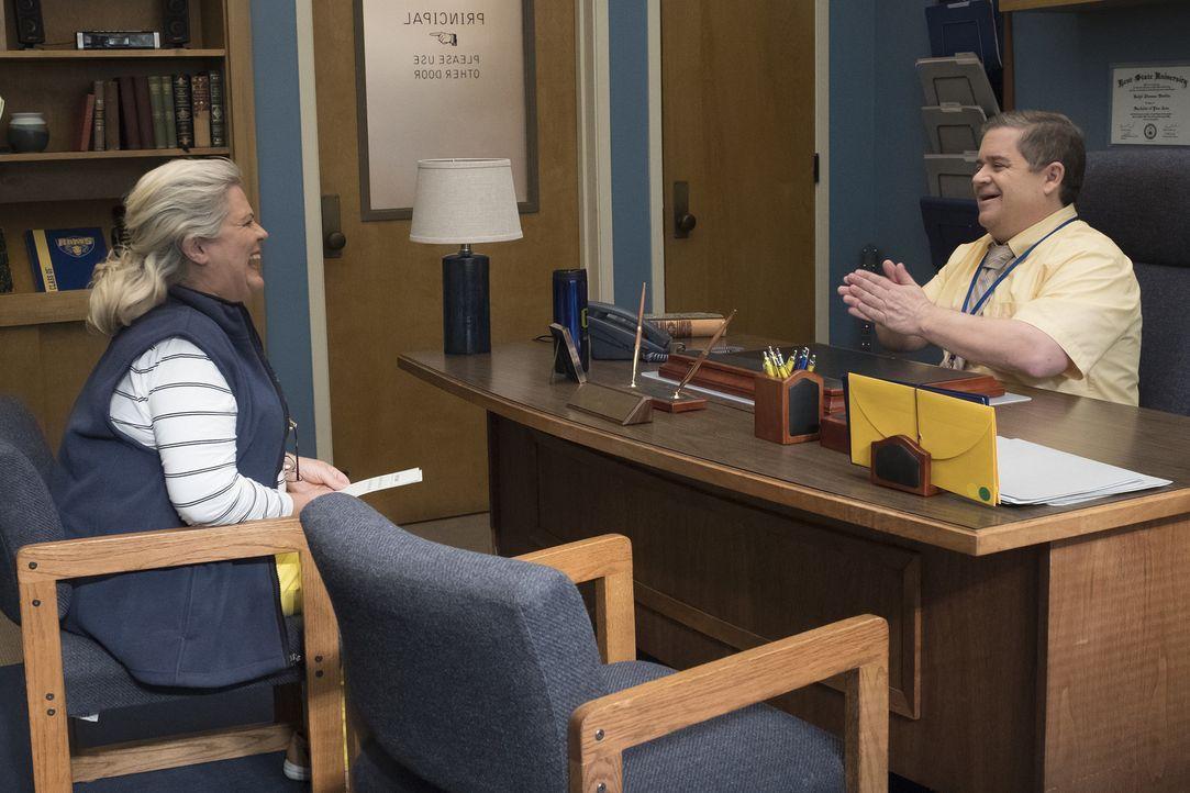 Helen (Paula Pell, l.); Direktor Durbin (Patton Oswalt, r.) - Bildquelle: Vivian Zink 2018 Universal Television LLC. ALL RIGHTS RESERVED./Vivian Zink