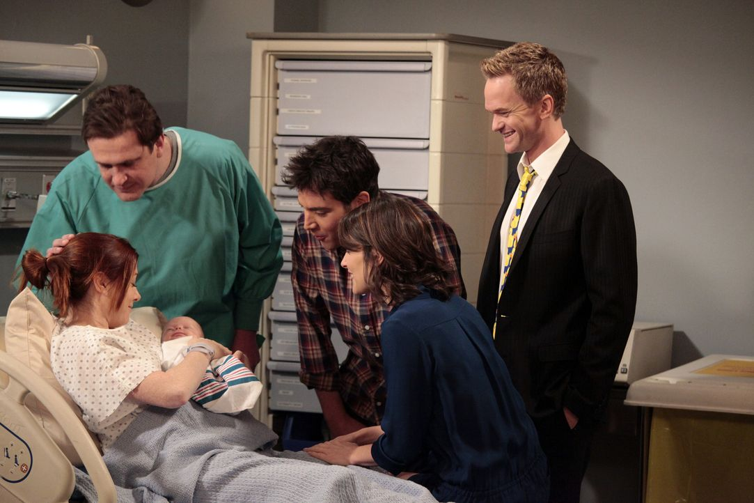 Endlich ist es so weit und der Nachwuchs von Lily und Marshall ist da: Ted (Josh Radnor, M.), Marshall (Jason Segel, 2.v.l.), Barney (Neil Patrick H... - Bildquelle: 20th Century Fox International Television