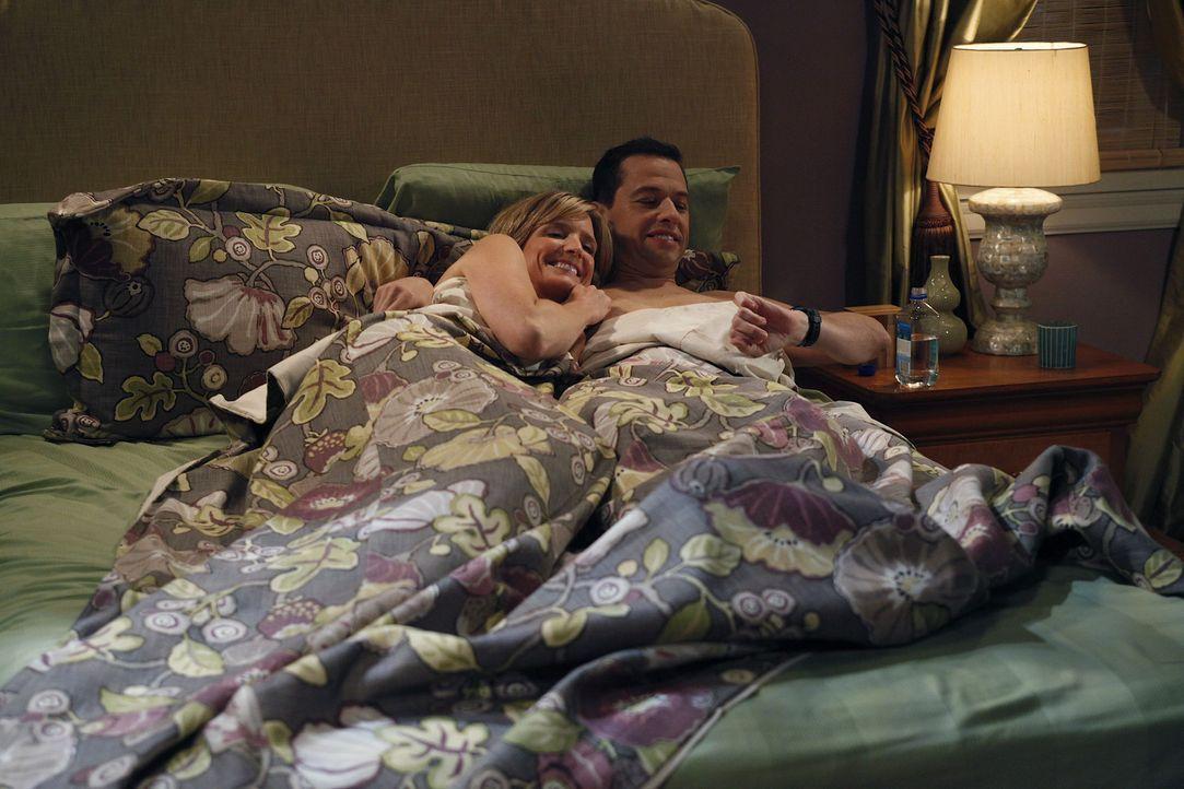Lyndsey (Courtney Thorne-Smith, l.) sagt Alan (Jon Cryer, r.) dass sie ihn liebt und fragt ob er sie auch liebe. Nach einigem zögern gesteht auch A... - Bildquelle: Warner Brothers Entertainment Inc.