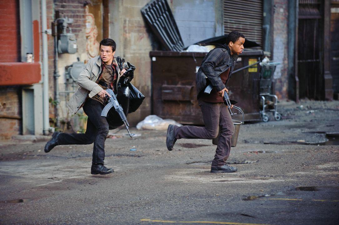 """Noch ahnen Robert (Josh Hutcherson, l.), Daryl (Connor Cruise, r.)  und die restlichen Mitglieder der Kämpfergruppe """"Wolverines"""" nicht, dass einige... - Bildquelle: 2012 Concorde Filmverleih GmbH"""