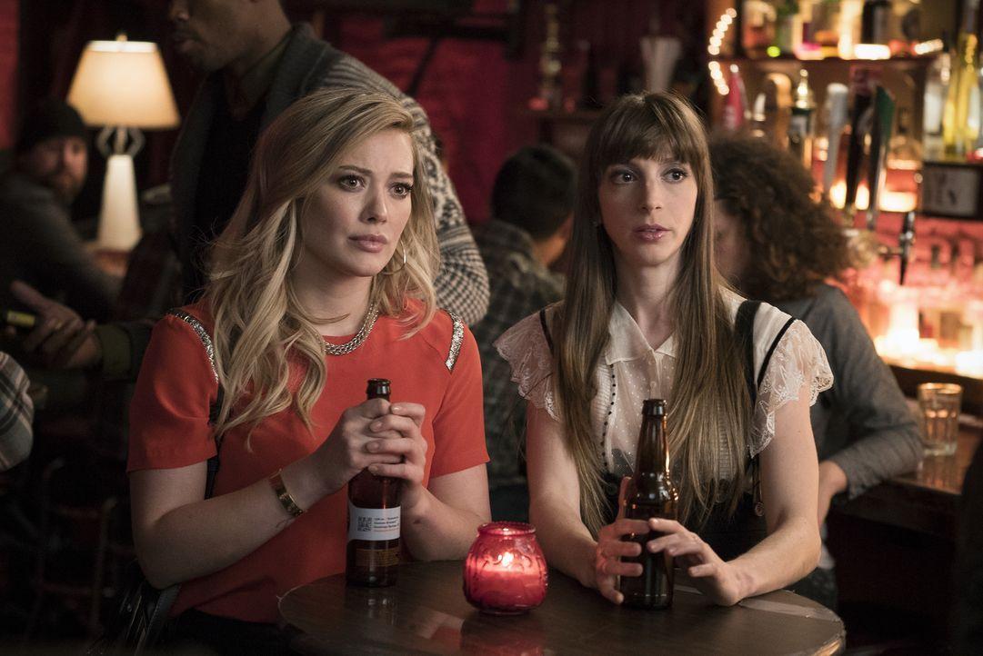 Erkennen Kelsey (Hilary Duff, l.) und Lauren (Molly Bernard, r.), dass Liza gar nicht die ist, für die sie sie halten? - Bildquelle: Hudson Street Productions Inc 2015