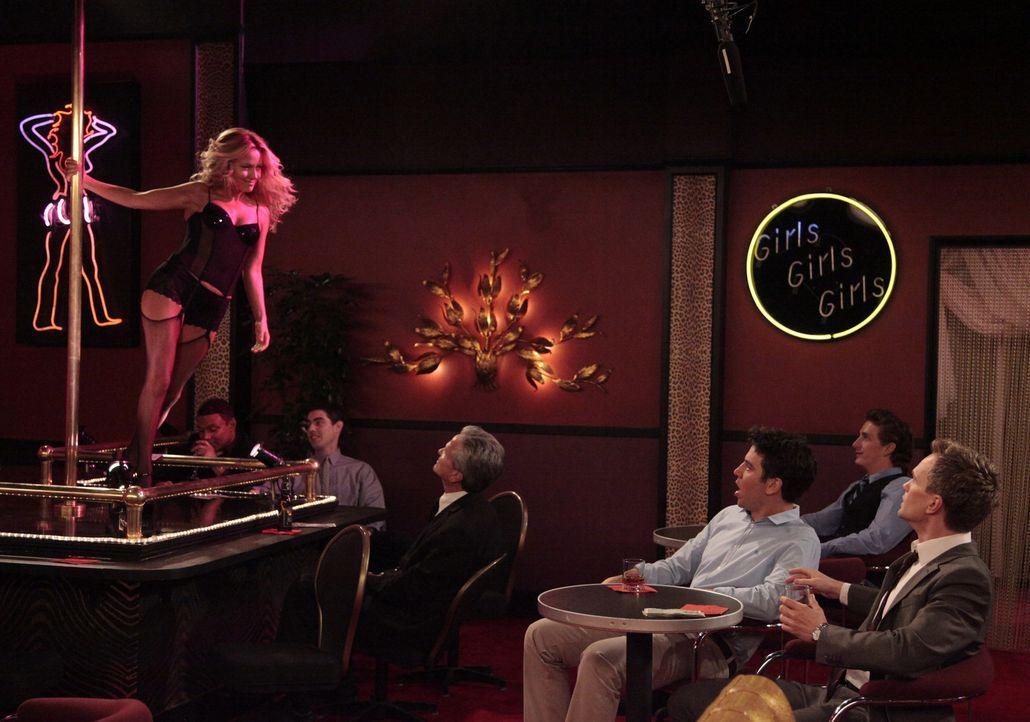 Ted (Josh Radnor, 3.v.r.) und Barney (Neil Patrick Harris, r.) sind total überrascht, als sie im Stripclub auf Quinn (Becki Newton, l.) treffen ... - Bildquelle: 20th Century Fox International Television