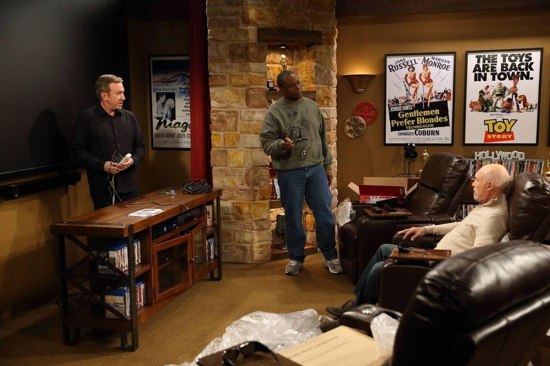 Ed (Hector Elizondo, r.) weiht mit Mike (Tim Allen, l.) und Chuck (Jonathan Adams, M.) sein neues Heimkino ein. Natürlich nicht ohne Hintergedanken... - Bildquelle: 2014-2015 American Broadcasting Companies. All rights reserved.