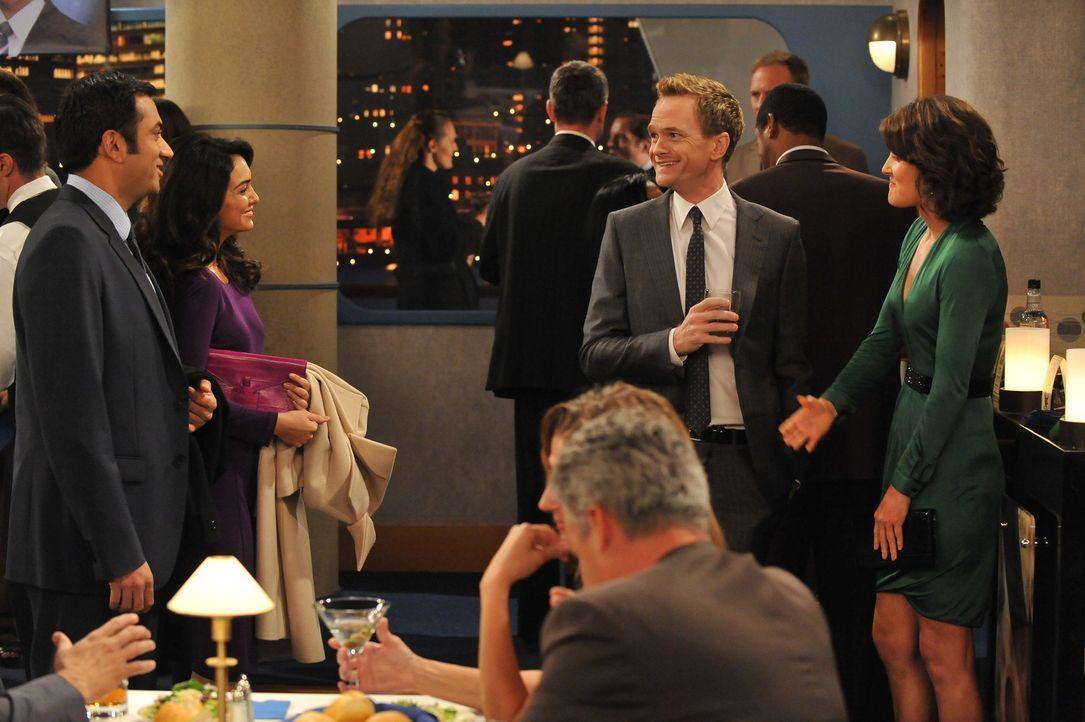 Während Ted und Marshall auf einem Konzert Drogen konsumieren und dadurch völlig daneben sind, befinden sich Barney (Neil Patrick Harris, 2.v.r.)... - Bildquelle: 20th Century Fox International Television