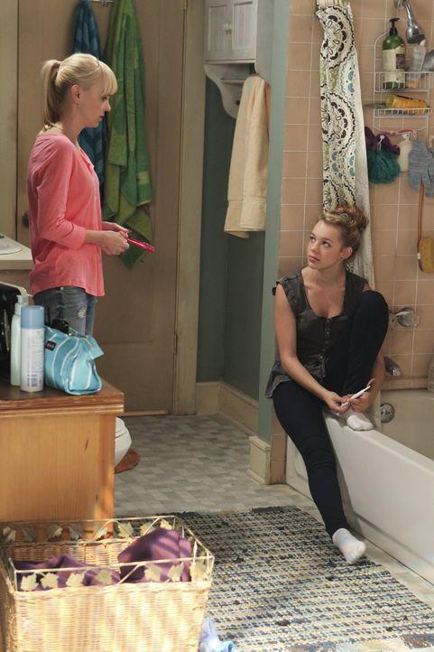 Erwarten aufgeregt das Ergebnis von Violets Schwangerschaftstest: Violet (Sadie Calvano, r.) und ihre Mutter Christy (Anna Faris, l.) ... - Bildquelle: Warner Brothers Entertainment Inc.