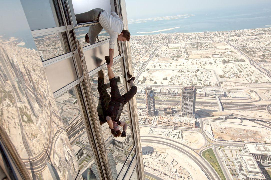 Bei dem Einsatz für die Menschheit sind William Brandt (Jeremy Renner, oben) und Ethan Hunt (Tom Cruise, unten) auf dem höchsten Turm der Welt unt... - Bildquelle: 2011 Paramount Pictures.  All Rights Reserved.