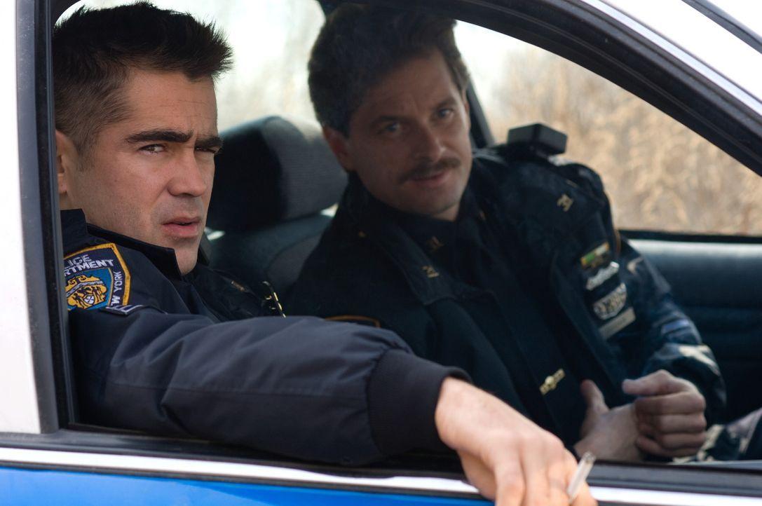 Haben eine Möglichkeit gefunden, ihr eher mäßiges Polizistengehalt aufzupeppen: die Cops Jimmy (Colin Farrell, l.) und Kenny (Shea Whigham, r.).... - Bildquelle: 2008   Warner Brothers