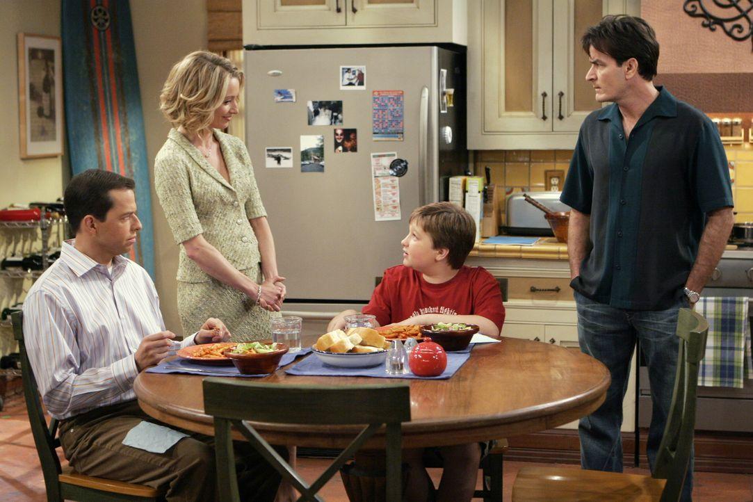 Charlies (Charlie Sheen, r.) neue Freundin Lydia (Katherine LaNasa, 2.v.l.) macht sich bei seinem Bruder Alan (Jon Cryer, l.), dessen Sohn Jake (Ang... - Bildquelle: Warner Brothers Entertainment Inc.