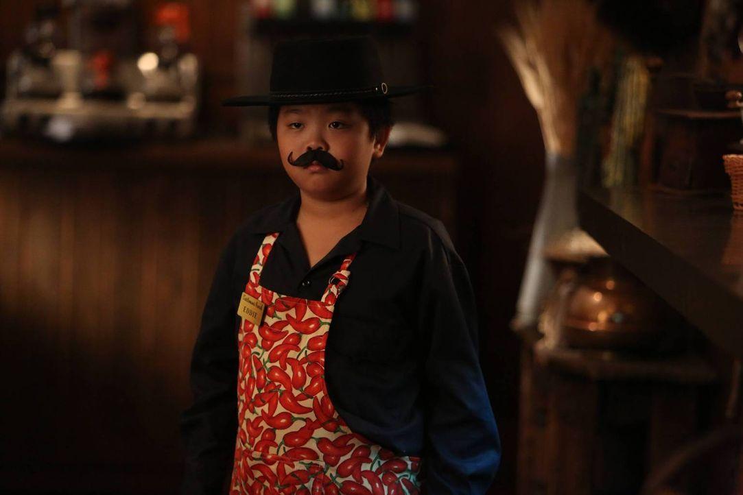 Muss im Restaurant arbeiten. Doch wie wird sich Eddie (Hudson Yang) dabei schlagen? - Bildquelle: 2015 American Broadcasting Companies. All rights reserved.