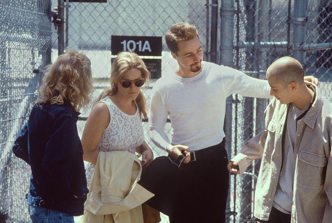 Nach drei langen Jahren wird Davinas (Jennifer Lien, l.), Doris' (Beverly D'Angelo, 2.v.l.) und Dannys (Edward Furlong, r.) Bruder Derek (Edward Nor... - Bildquelle: Kinowelt Filmverleih