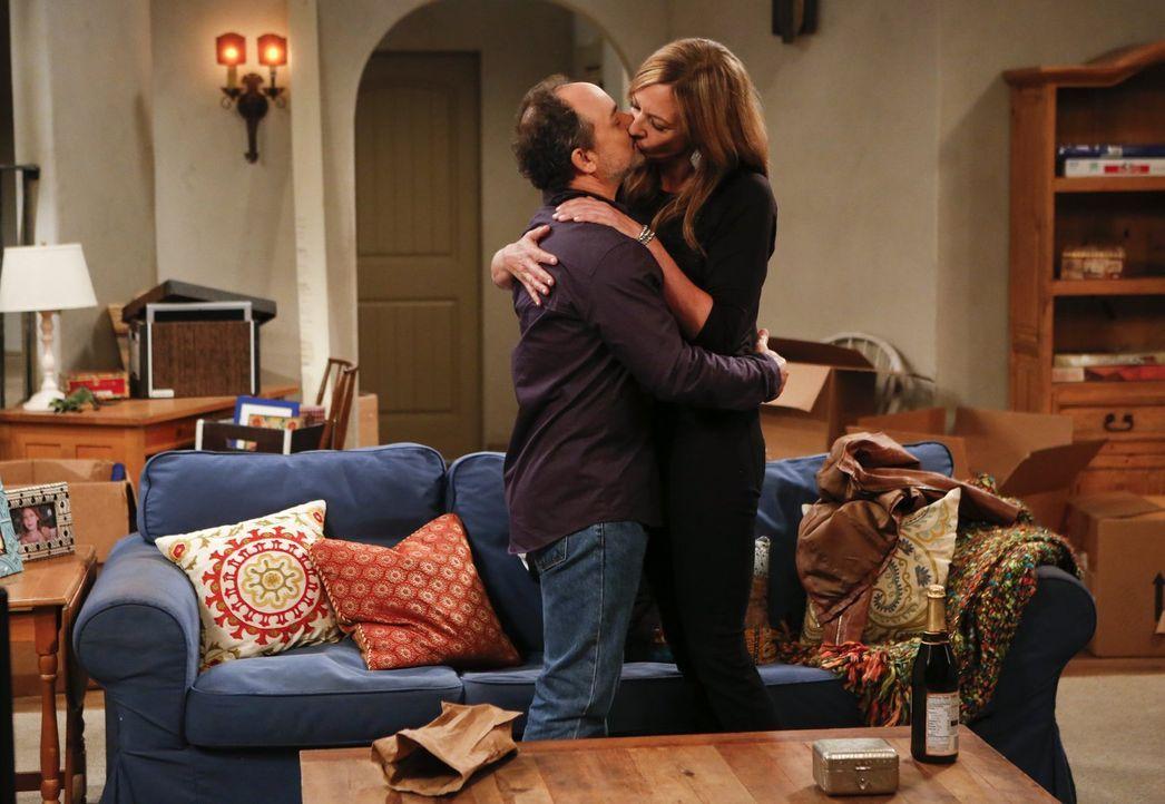 Während Christy sich von Baxters reiche Freundin eingeschüchtert fühlt, heizt sich die Stimmung zwischen Bonnie (Allison Janney, r.) und Alvin (Kevi... - Bildquelle: Warner Bros. Television