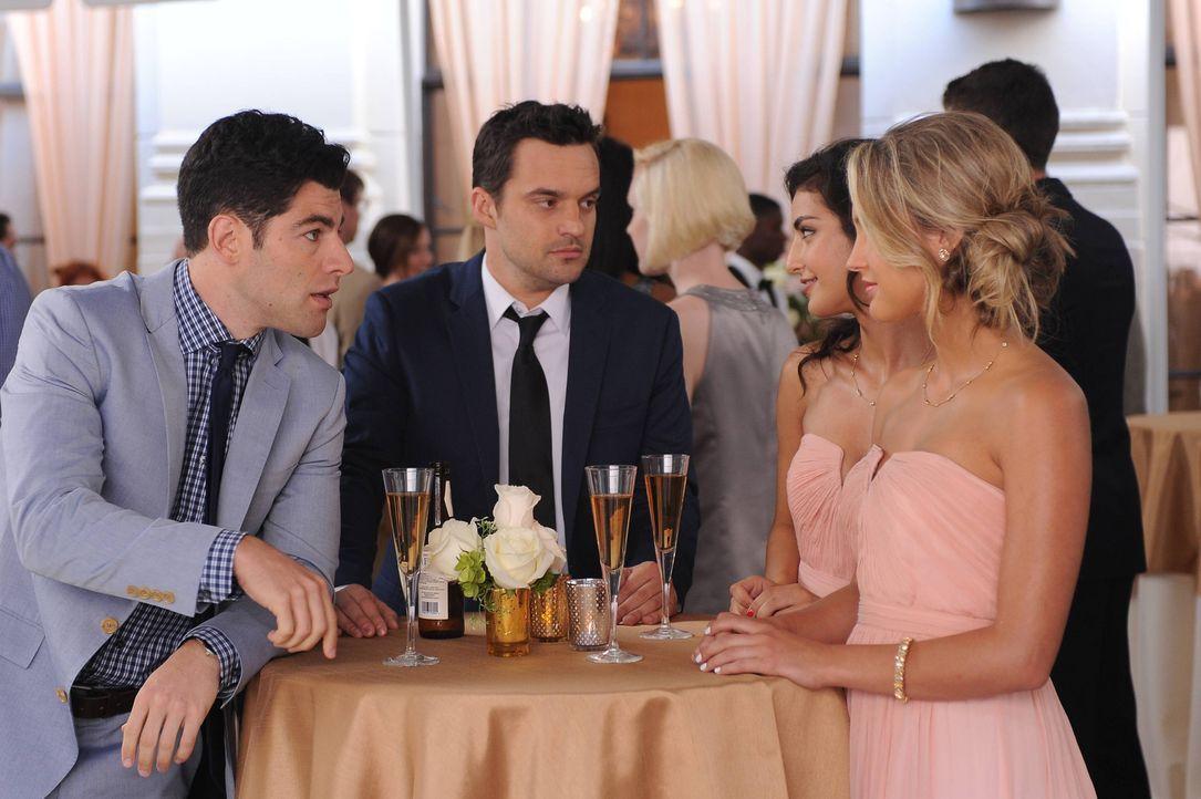 Nick (Jake Johnson, M.) und Schmidt (Max Greenfield, l.) genießen bei der Hochzeit die Aussichten, aber werden sie auch Erfolg bei den hübschen Dame... - Bildquelle: 2014 Twentieth Century Fox Film Corporation. All rights reserved.