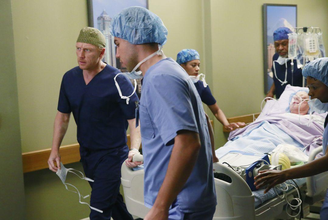 Meredith, die immer noch von den vergangenen Ereignissen geprägt ist, denkt darüber nach, was sie mit Derek anstellen soll, während Owen (Kevin McKi... - Bildquelle: ABC Studios