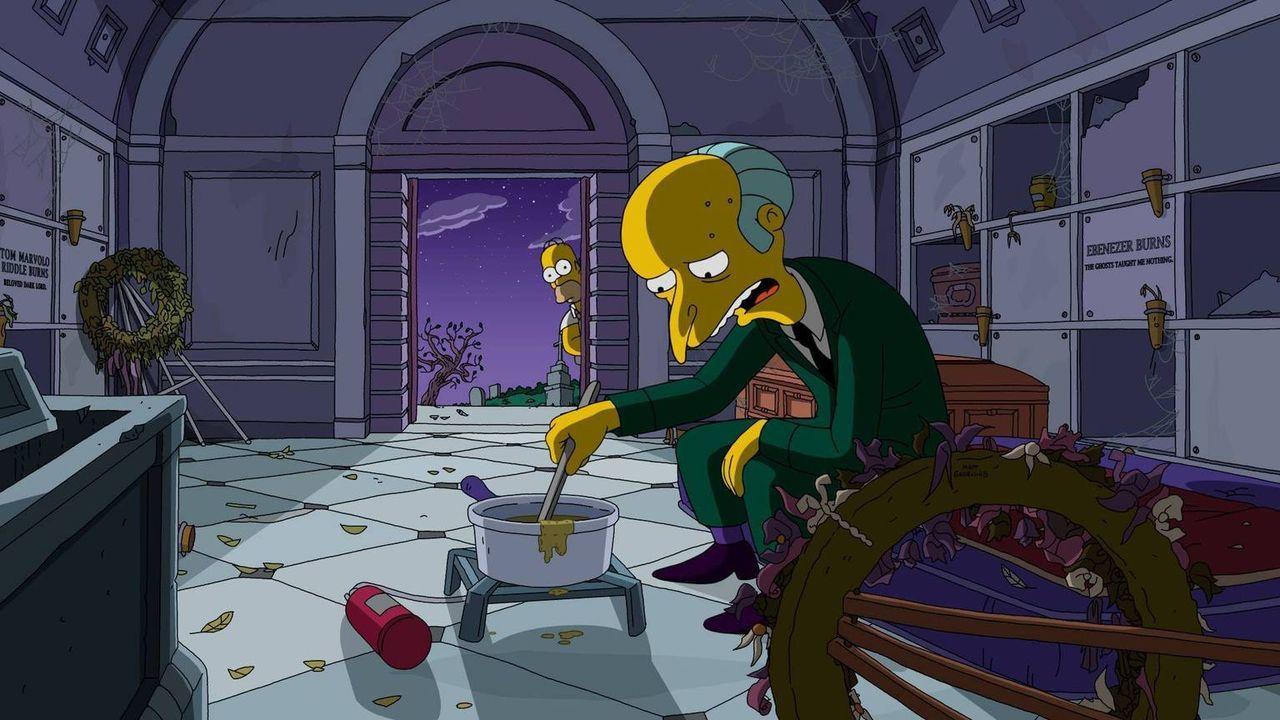 Es fällt Mr. Burns (r.) schwer, ohne Luxus zu leben und sich damit abzufinden, dass er bankrott ist. Zum Glück hat er mit Homer (l.) einen guten Fre... - Bildquelle: 2016-2017 Fox and its related entities. All rights reserved.