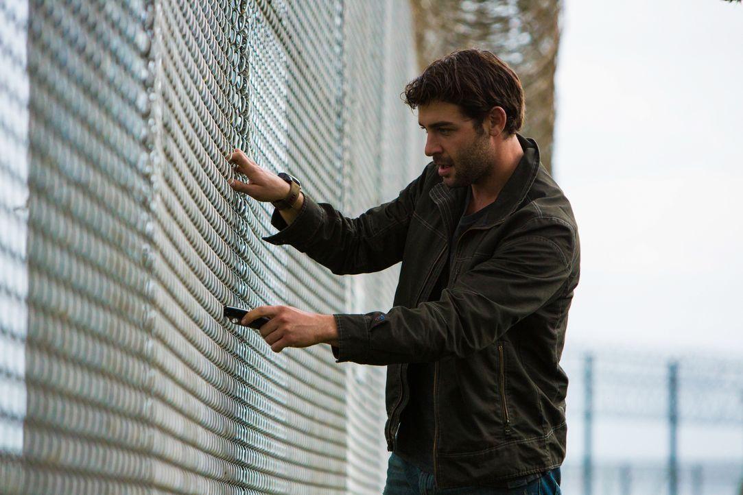 Nicht nur Chloe hat merkwürdige Forschungsmethoden. Jackson (James Wolk) bewegt sich immer öfter an der Grenze des Legalen ... - Bildquelle: Steve Dietl 2015 CBS Broadcasting Inc. All Rights Reserved.
