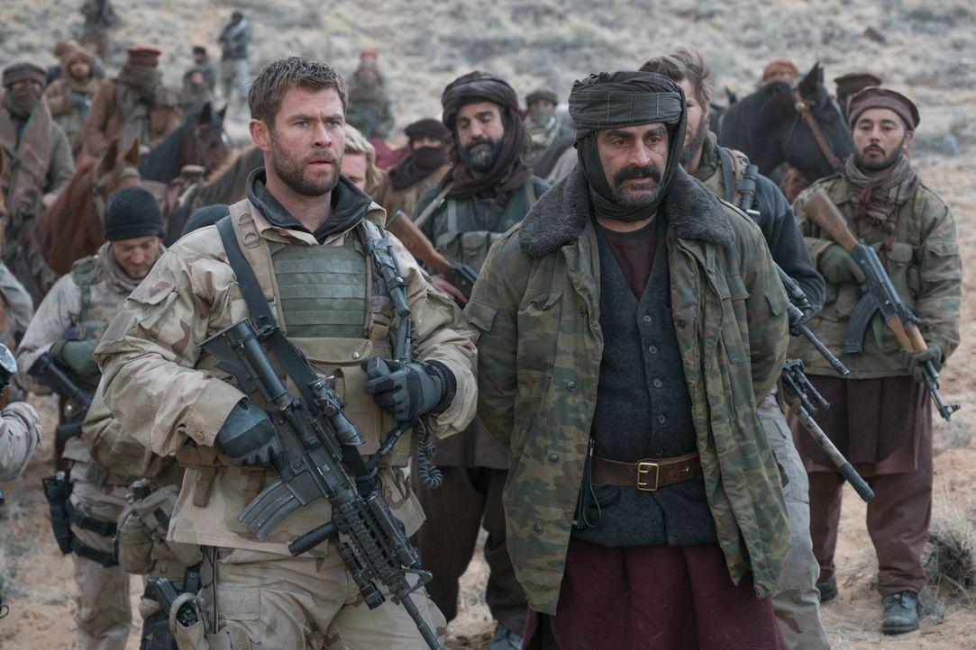 Captain Mitch Nelson (Chris Hemsworth, l.); General Dostum (Navid Negahban, r.) - Bildquelle: 2017 Concorde Filmverleih GmbH