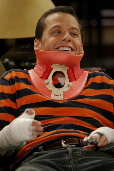 Bei dem Versuch, die Satellitenschüssel auszurichten, stürzte Alan (Jon Cryer) von Dach ... - Bildquelle: Warner Brothers Entertainment Inc.