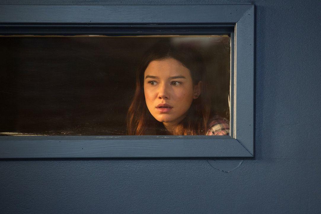 Die Verlängerung der Quarantäne sorgt für Chaos auf den Straßen und auch Teresa (Hanna Mangan Lawrence) muss sich mit der steigenden Gewalt auseinan... - Bildquelle: Warner Brothers