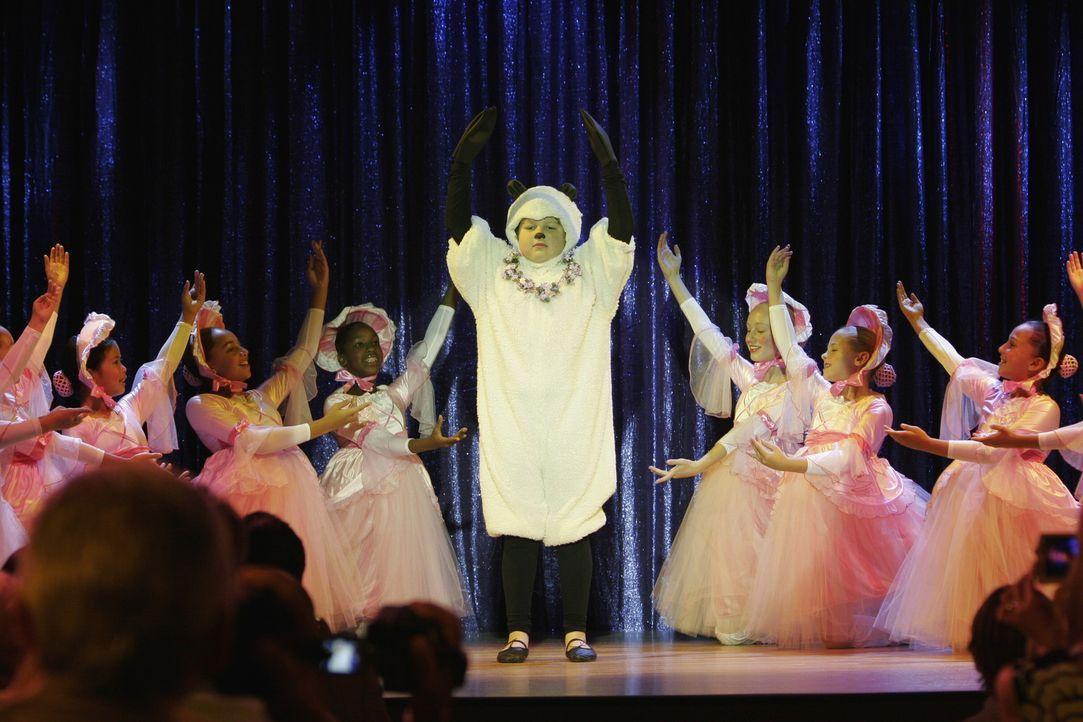 Jake (Angus T. Jones, M.) als Bo Peep auf der Bühne ... - Bildquelle: Warner Brothers Entertainment Inc.