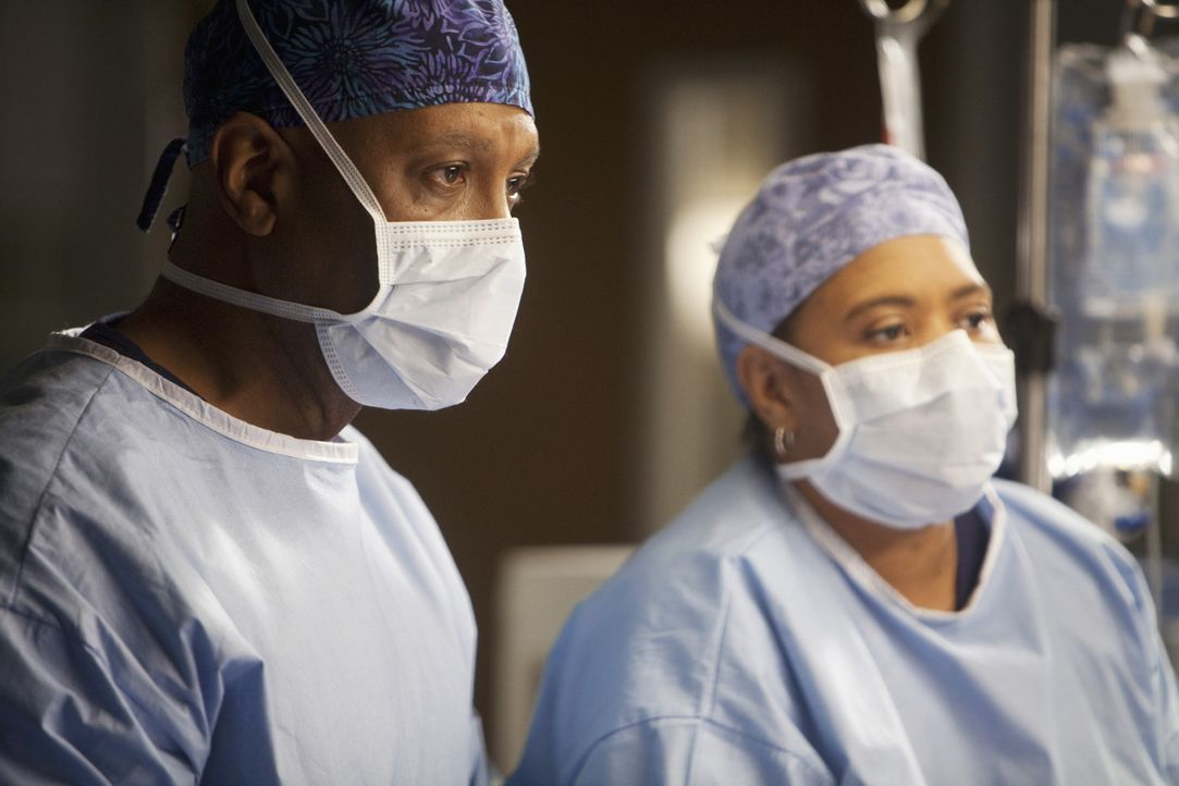 Chief Webber (James Pickens, Jr., l.) stellt während einer Operation fest, dass die zuschauenden Ärzte die ganze Zeit mit ihren Blackberries und i... - Bildquelle: ABC Studios