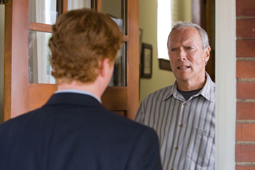 Pater Janovich (Christopher Carley, l.) versucht Walt (Clint Eastwood, r.) nach dem Tod seiner Frau, ins Gewissen zu reden, doch bei dem alten Grant... - Bildquelle: Warner Bros