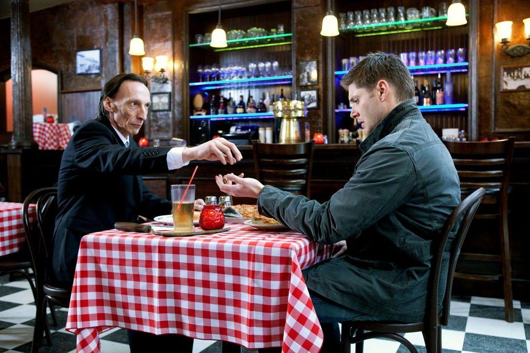 Dean (Jensen Ackles, r.) und Crowley fahren nach Chicago, weil Luzifer dort sein Unwesen treibt. Der hat jedoch nicht mit den eigenen Plänen des To... - Bildquelle: Warner Brothers