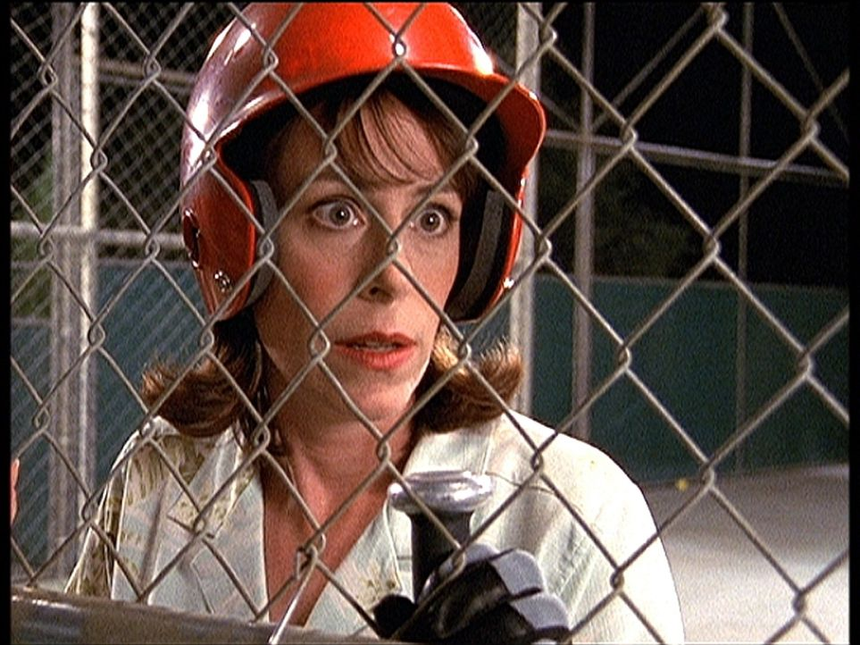 Lois (Jane Kaczmarek) sitzt in einem Baseball-Übungskäfig fest ... - Bildquelle: TM +   2000 Twentieth Century Fox Film Corporation. All Rights Reserved.