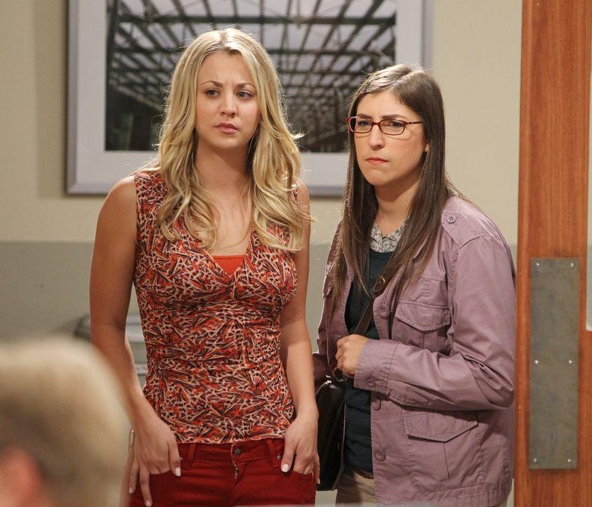 Können nicht fassen, dass sich Sheldon eine Assistentin gesucht hat: Amy (Mayim Bialik, r.) und Penny (Kaley Cuoco, l.) ... - Bildquelle: Warner Bros. Television