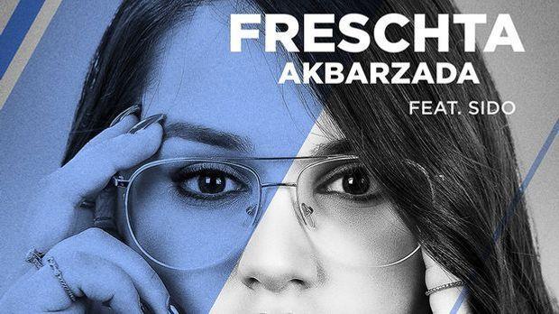 Freschta Akbarzada sieht auf ihrem Single-cover in die Kamera