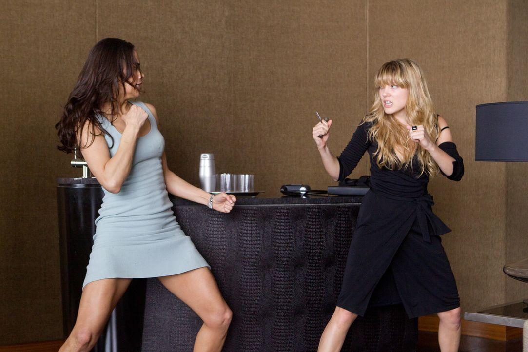Jane Carter (Paula Patten, l.) muss es schaffen, die Auftragskillerin Sabine Moreau (Léa Seydoux, r.) festzuhalten, ohne diese umzubringen - bezieh... - Bildquelle: 2011 Paramount Pictures.  All Rights Reserved.