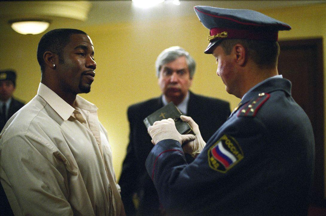 Nichtsahnend gerät Schwergewichtsboxer George Chambers (Michael Jai White, l.) in eine Polizeikontrolle und landet kurz darauf im härtesten Gefän... - Bildquelle: Nu Image Films