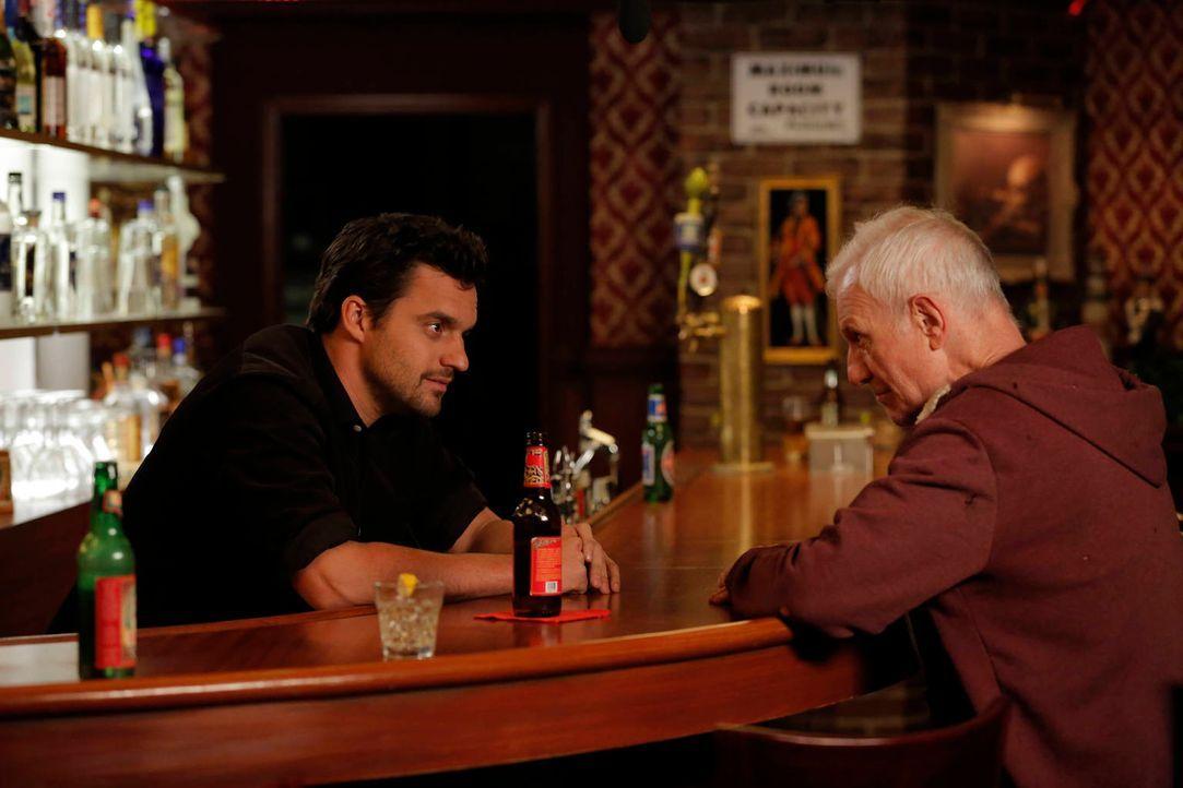 Nick (Jake Johnson, l.) schlägt sich mit einem Gast herum, der ebenfalls Nick ( Raymond J. Barry, r.) heißt und behauptet, sein zukünftiges Ich zu s... - Bildquelle: 2012 Twentieth Century Fox Film Corporation. All rights reserved.