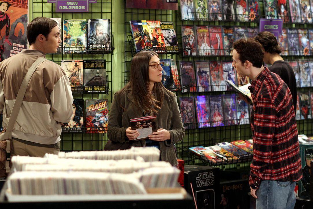 Stuart (Kevin Sussman, r.) aus dem Comic-Buchladen findet Gefallen an Amy (Mayim Bialik, M.). Da er nicht weiß, in welcher Beziehung sie genau zu S... - Bildquelle: Warner Bros. Television