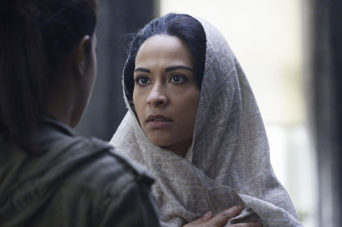Alex (Priyanka Chopra, l.) versucht weiter, ihre Unschuld zu beweisen. Damit ihr das gelingt, sucht sie Raina (Yasmine Al Massri, r.) auf. Doch ist... - Bildquelle: Philippe Bosse 2015 ABC Studios