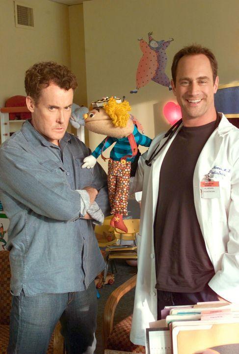 Dr. Cox (John C. McGinley, l.) und Jordan haben Probleme, den richtigen Arzt für ihr Kind zu finden - bis sie Dr. Norris (Christopher Meloni, r.) t... - Bildquelle: Touchstone Television