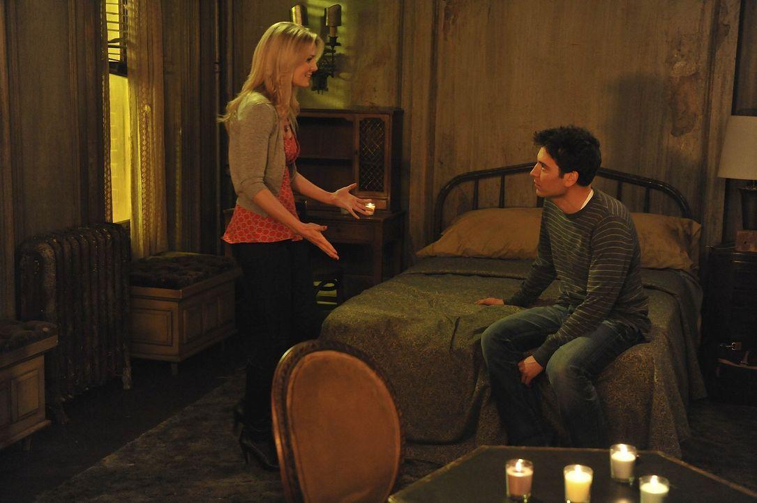 Während Barney und Marshall aneinander geraten, plant Ted (Josh Radnor, r.) ein romantisches Wochenende mit Zoey (Jennifer Morrison, l.) - doch die... - Bildquelle: 20th Century Fox International Television