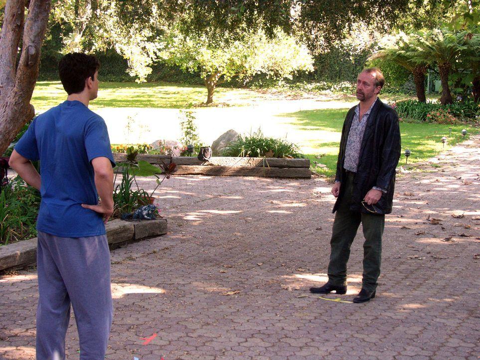 Michaels (Adam Garcia, l.) Vater Jonathan (Xander Berkely, r.) sieht die Hochzeit seines Sohnes als Anlass sich endlich auszusprechen. Haben die bei...