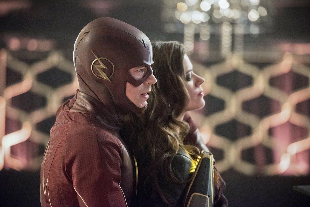 Kann sich Barry alias The Flash (Grant Gustin, l.) wirklich auf Lisa Snart alias Golden Glider (Peyton List, r.) und ihre Komplizen konzentrieren, n... - Bildquelle: Warner Brothers.