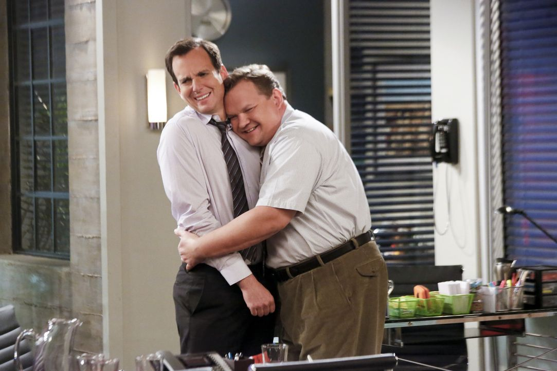 Um zu beweisen, dass er sich nicht für etwas Besseres hält, freundet sich Nathan (Will Arnett, l.) mit einem Arbeitskollegen (Andy Richter, r.) an.... - Bildquelle: 2013 CBS Broadcasting, Inc. All Rights Reserved.