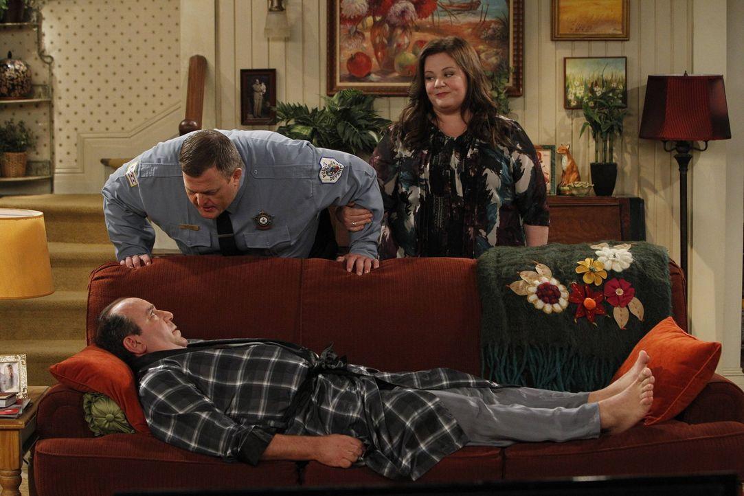 Nach einem Sexunfall hat sich Vince (Louis Mustillo, unten) den Rücken verrenkt und kann nicht mehr aufstehen. Da Joyce die Flucht ergreift, müssen... - Bildquelle: Warner Brothers