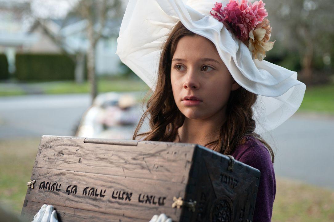"""Bei einem Flohmarktbesuch ersteht die kleine Em (Natasha Calis) ein antikes Kästchen - und ist begeistert von ihrem neuen """"Schatz"""". Nicht ahnend, da... - Bildquelle: Diyah Pera Box Productions, LLC 2011"""