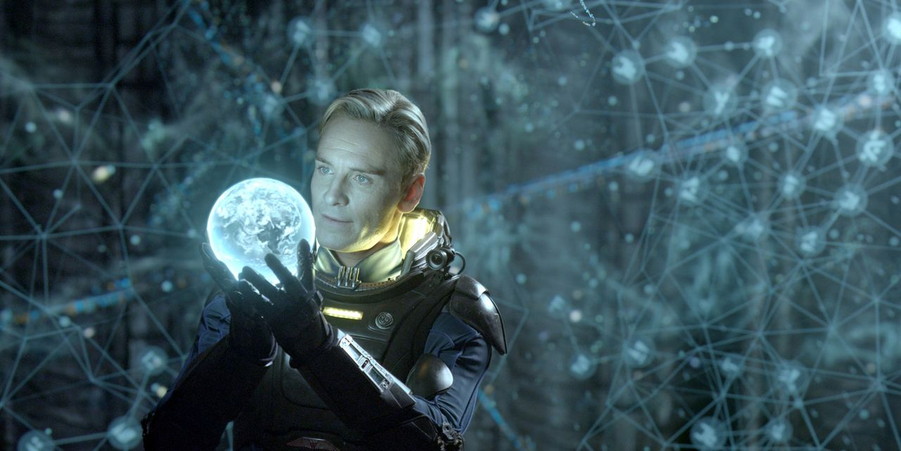 Keiner an Bord des Raumschiffs ahnt, dass David (Michael Fassbender) geheime Befehle erhält, die nicht unbedingt mit dem Ziel der Mission konform ge... - Bildquelle: TM and   2012 Twentieth Century Fox Film Corporation.  All rights reserved.