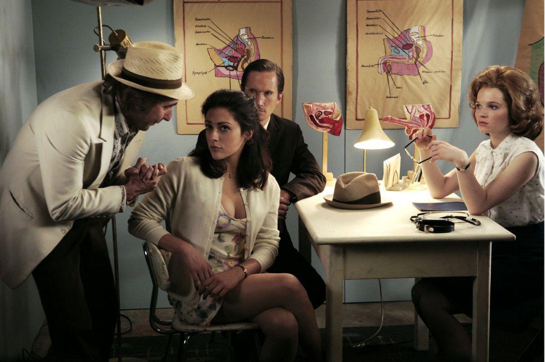 Da die italienische Hauptdarstellerin Gina Ferrara (Valentina Lodovini, 2 v. l.) kein deutsch spricht, versucht Produzent Césare (Dieter Landuris,... - Bildquelle: Constantin Film