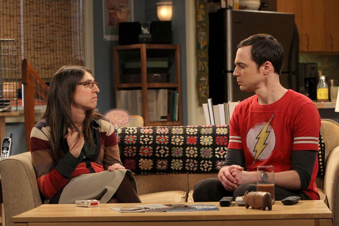 Während Priya ihre Kenntnisse als Anwältin nutzt, um den Mitbewohner-Vertrag zwischen Sheldon und Leonard aufzulösen, muss Sheldon (Jim Parsons, r.)... - Bildquelle: Warner Bros. Television