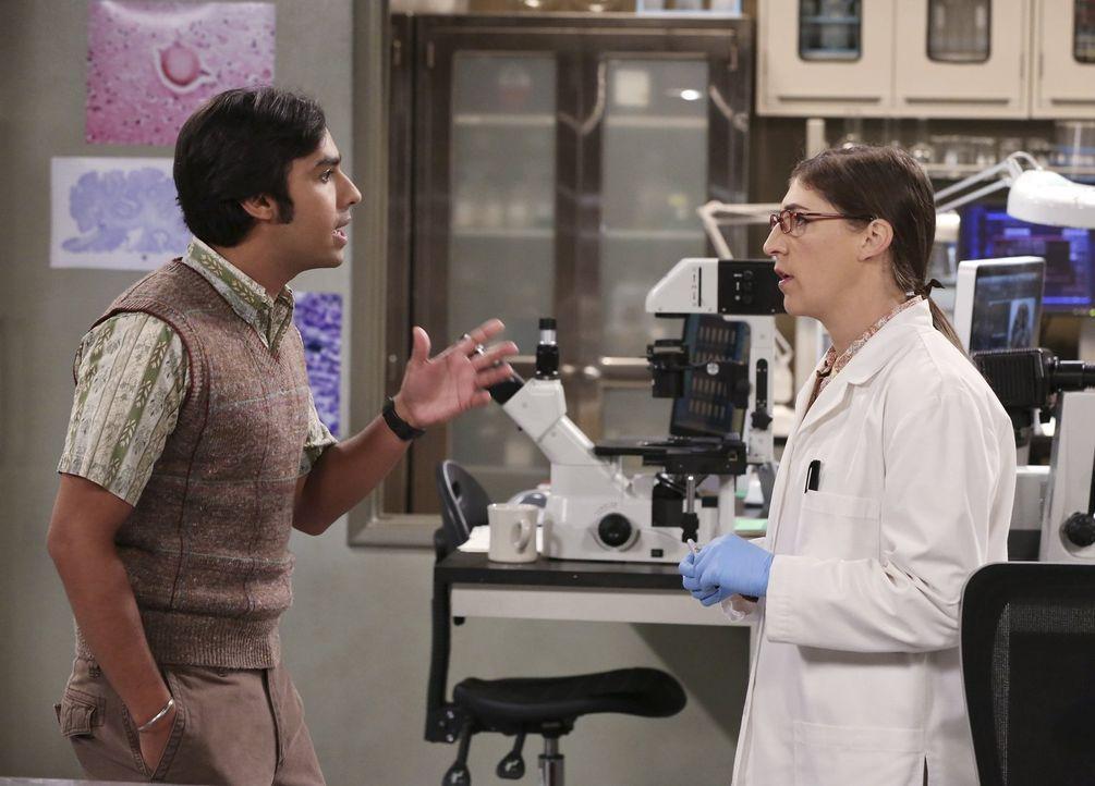 Raj (Kunal Nayyar, l.) braucht Amys (Mayim Bialik, r.) Hilfe in Frauenangelegenheiten. Doch kann sie ihm wirklich weiterhelfen? - Bildquelle: Warner Brothers