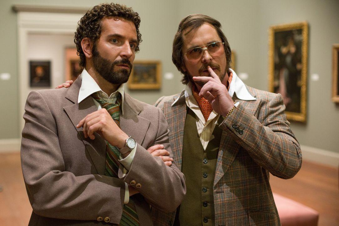 Als der gerissene Betrüger Irving Rosenfeld (Christian Bale, r.) ausgerechnet vom FBI-Agenten Richie DiMaso (Bradley Cooper, l.) auf frischer Tat er... - Bildquelle: TOBIS TFILM