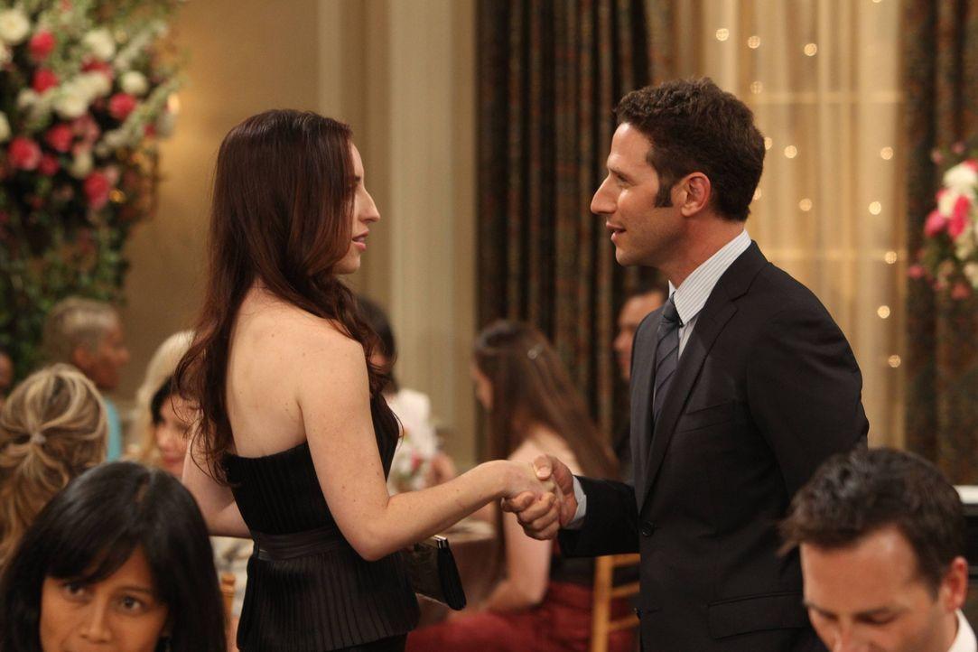 Simon (Mark Feuerstein, r.) und Kate (Zoe Lister Jones, l.) haben unglaublich viel gemeinsam, doch wenn alles wirklich passen würde, wäre es zu viel... - Bildquelle: 2013 CBS Broadcasting, Inc. All Rights Reserved.